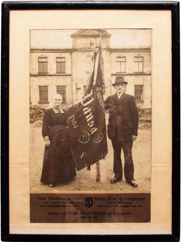 Historisches Bild mit Fahne des Turnvereins